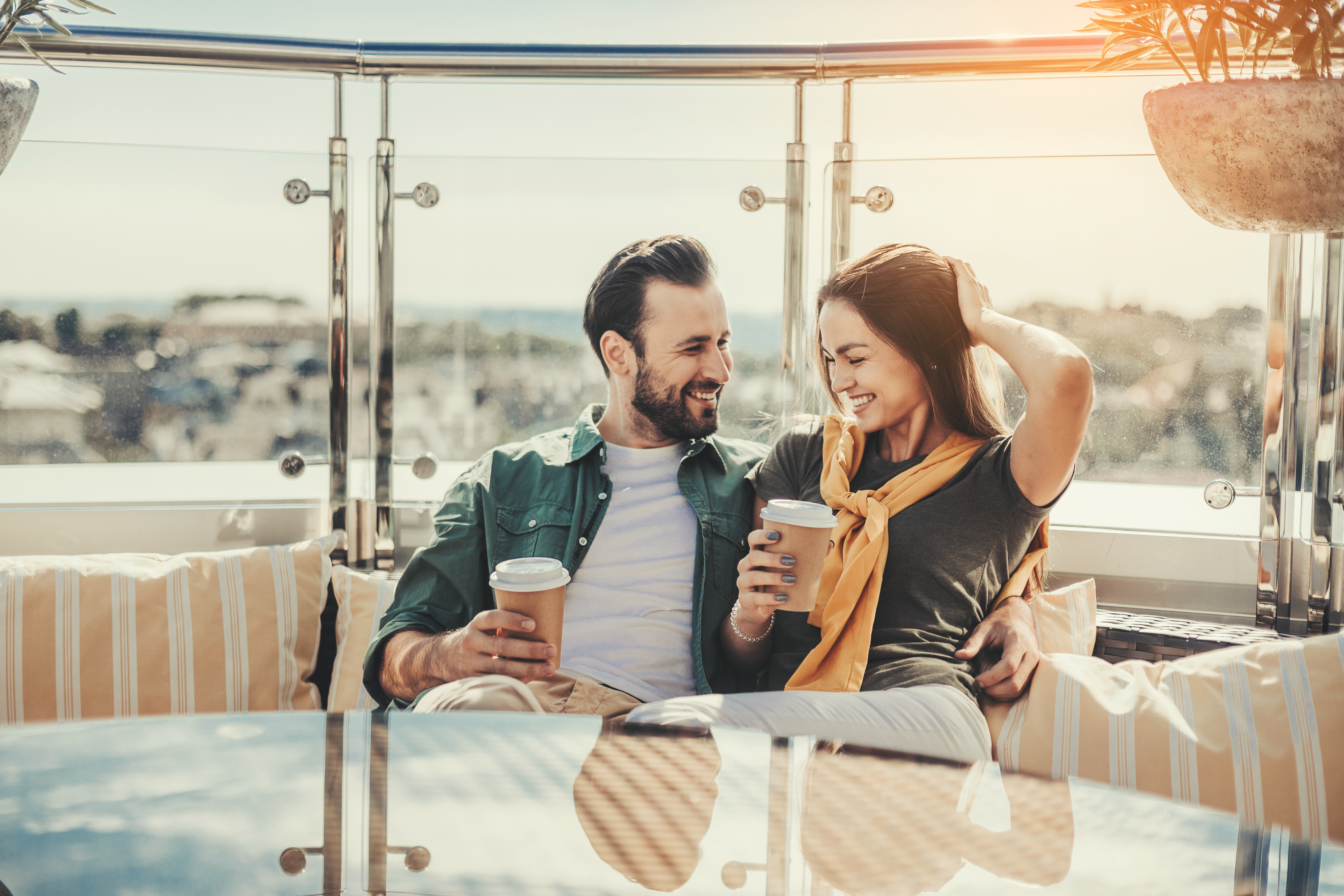 Frau und Mann trinken Kaffee
