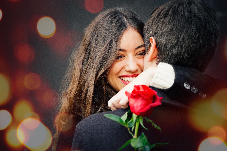 Mann schenkt Frau Rose zum Date