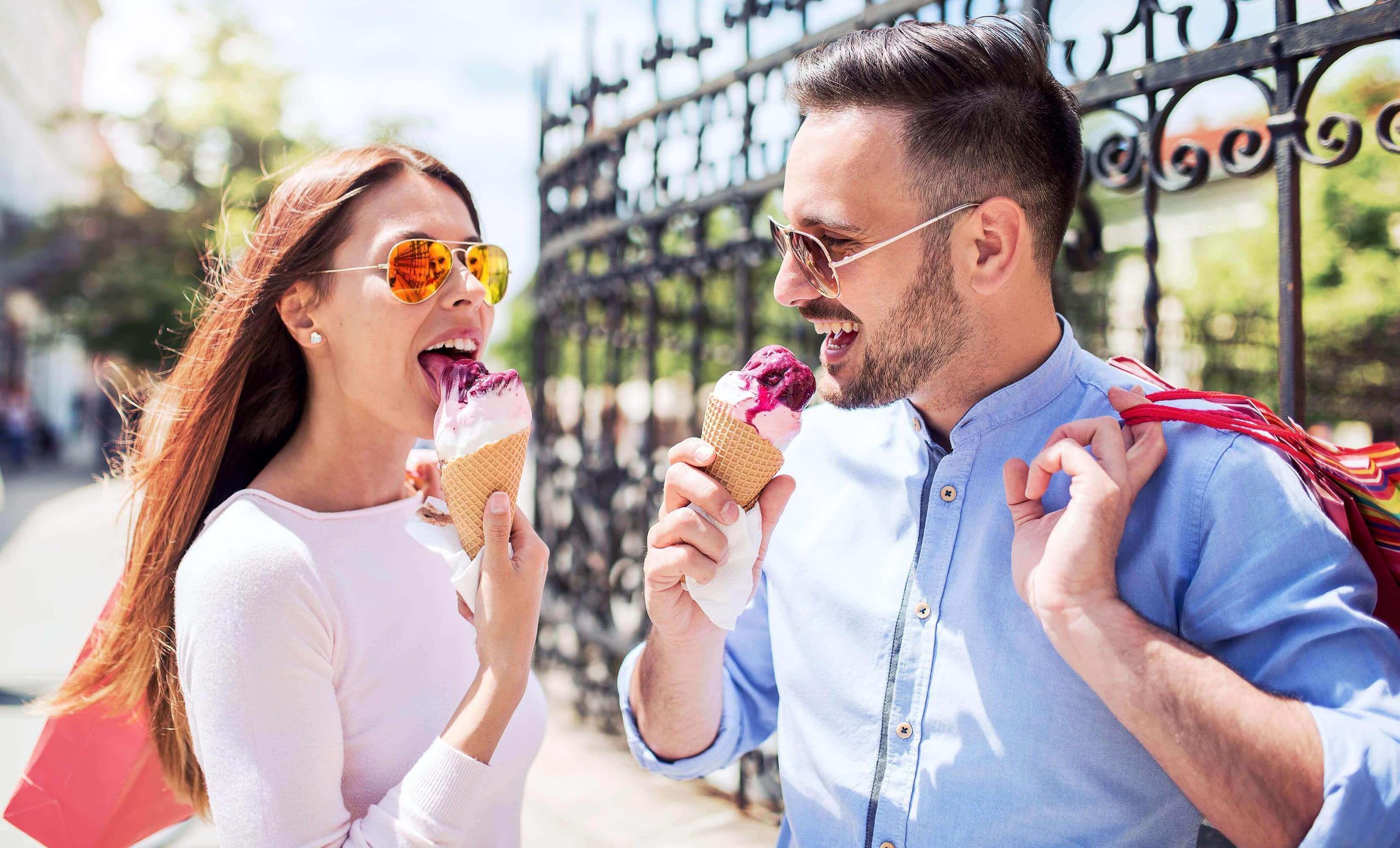 Paar isst draussen ein Eis