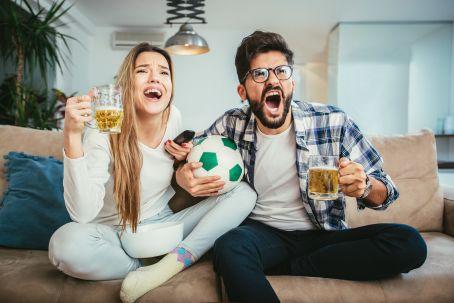 Freunde schauen Fußball
