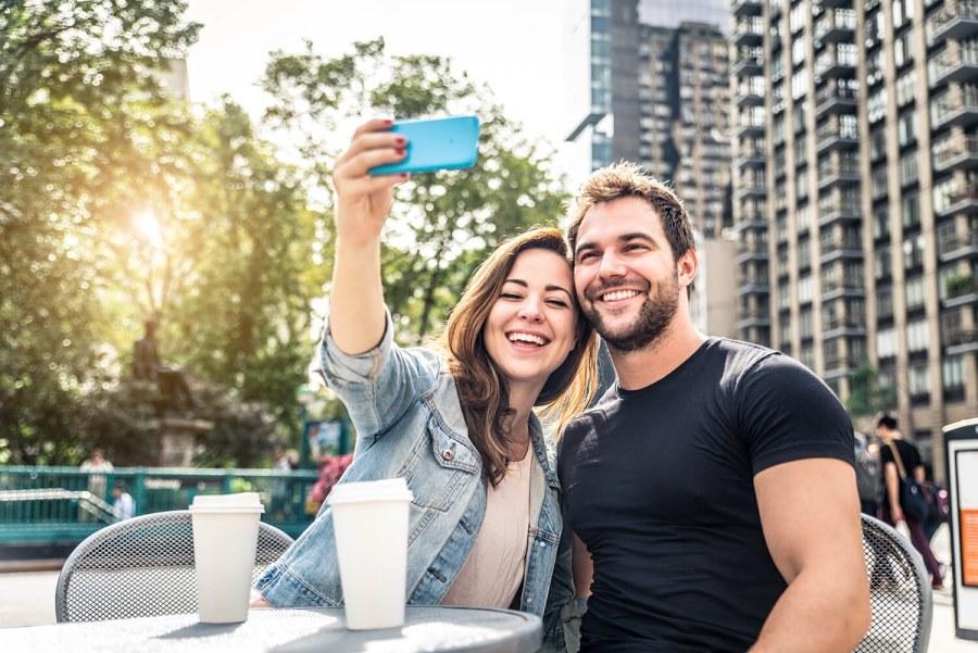Paar macht Selfie in der Stadt