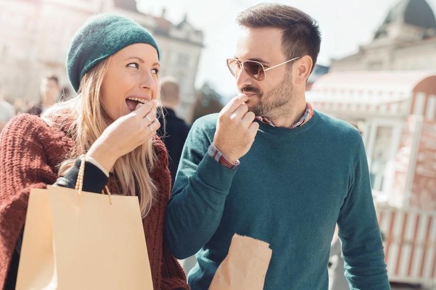 Paar geht gemeinsam Shoppen