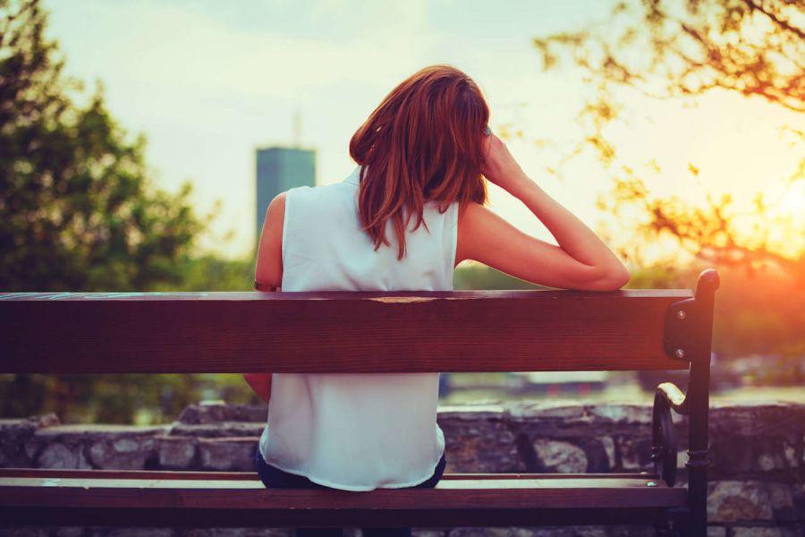 Benching - Frau sitzt auf Bank