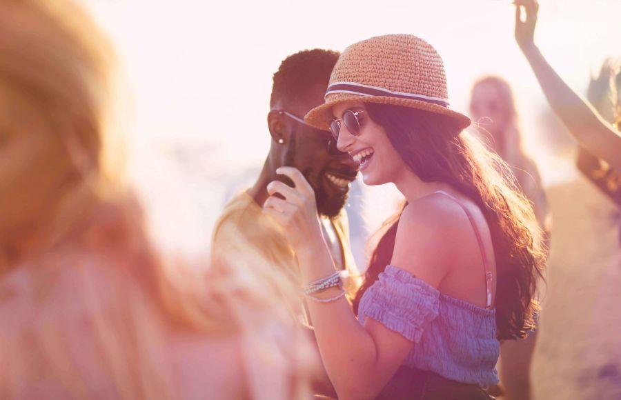 Frau flirtet auf Party mit einem Mann